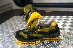 Zapatilla de deporte moderna sin marca en el gimnasio Negro-amarillo Zapatos cómodos foto de archivo libre de regalías