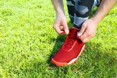 Zapatilla de deporte roja Fotos de archivo