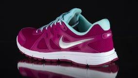 Zapatilla de deporte rosada femenina almacen de metraje de vídeo