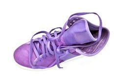 Zapatilla de deporte violeta brillante aislada Imagen de archivo