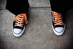 Zapatillas de baloncesto negra y anaranjada Foto de archivo libre de regalías
