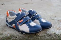 Zapatillas de deporte adolescentes en la piedra Imagen de archivo