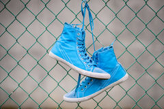 Zapatillas de deporte azules Imagenes de archivo