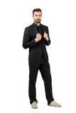 Zapatillas de deporte blancas que llevan del hombre de negocios barbudo joven de moda y traje negro Imagen de archivo libre de regalías
