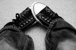Zapatillas de deporte blancos y negros Foto de archivo