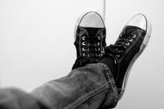 Zapatillas de deporte blancos y negros imagen de archivo