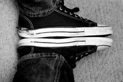 Zapatillas de deporte blancos y negros Fotografía de archivo libre de regalías