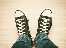 Zapatillas de deporte blancos y negros clásicas Imagen de archivo libre de regalías