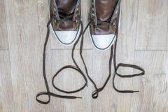 Zapatillas de deporte de Brown con palabra del AMOR Imágenes de archivo libres de regalías