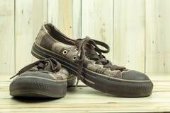 Zapatillas de deporte de Brown en el fondo de madera fotos de archivo
