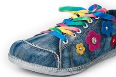 Zapatillas de deporte coloridas brillantes aisladas en blanco foto de archivo libre de regalías
