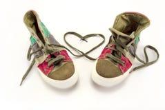Zapatillas de deporte con el símbolo del corazón hecho de cordones Fotografía de archivo libre de regalías