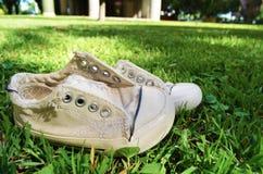 Zapatillas de deporte con historia foto de archivo libre de regalías