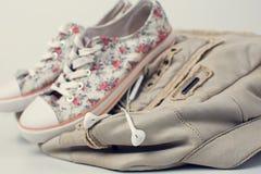 Zapatillas de deporte con los auriculares y la mochila Fotografía de archivo