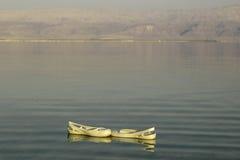 Zapatillas de deporte de la playa que navegan en el mar muerto Imagenes de archivo