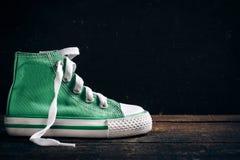 Zapatillas de deporte de moda en fondo de madera Foto de archivo