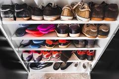 Zapatillas de deporte del hombre del estante del zapato fotos de archivo libres de regalías