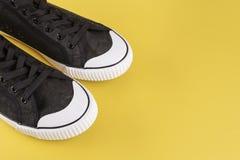 Zapatillas de deporte elegantes del ` s de los hombres Fotos de archivo