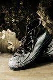 Zapatillas de deporte en de madera imagenes de archivo