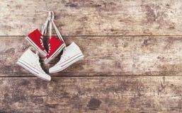Zapatillas de deporte en el piso Imagenes de archivo
