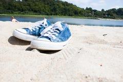 Zapatillas de deporte en la arena blanca Imagen de archivo
