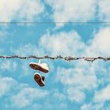 Zapatillas de deporte en la línea eléctrica, filtro de la belleza Fotos de archivo