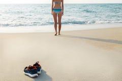 Zapatillas de deporte en la playa Fotografía de archivo
