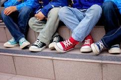Zapatillas de deporte en pies de los niños Imagenes de archivo