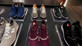 Zapatillas de deporte frescas de la colección de New Balance en la tienda de la compañía en la 5ta avenida almacen de metraje de vídeo