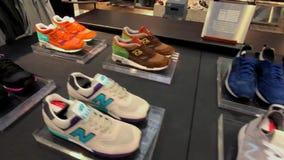 Zapatillas de deporte frescas de la colección de New Balance en la tienda de la compañía en la 5ta avenida metrajes