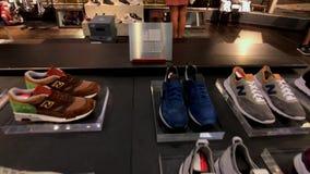 Zapatillas de deporte frescas de la colección de New Balance en la tienda de la compañía en la 5ta avenida almacen de video