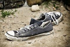 Zapatillas de deporte llevadas viejas Foto de archivo