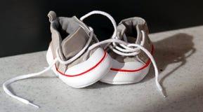 Zapatillas de deporte minúsculas del bebé Fotos de archivo libres de regalías
