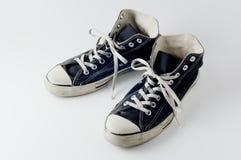 Zapatillas de deporte negras de la vendimia del color Imagenes de archivo