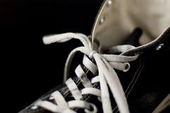 Zapatillas de deporte negras de la vendimia del color Fotos de archivo