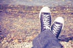 Zapatillas de deporte negras en las piernas del hombre Fotografía de archivo