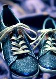 Zapatillas de deporte que brillan cósmicas fotografía de archivo