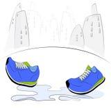 Zapatillas de deporte que caminan a través de charco Imagen de archivo libre de regalías