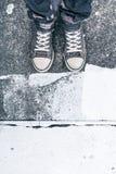 Zapatillas de deporte que llevan del hombre adulto joven que se colocan en la calle Foto de archivo