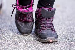 zapatillas de deporte que se colocan en el camino zapatos de la montaña Imagen de archivo