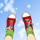 Zapatillas de deporte rojas y cielo azul imágenes de archivo libres de regalías