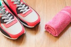 Zapatillas de deporte rojas y grises Fotos de archivo