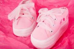 Zapatillas de deporte rosadas del bebé Fotos de archivo libres de regalías