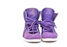 Zapatillas de deporte violetas brillantes aisladas Fotografía de archivo