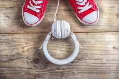 Zapatillas de deporte y auriculares Fotografía de archivo libre de regalías