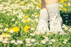 Zapatillas de deporte y calcetines blancos en las piernas del ` s de la mujer Foto de archivo