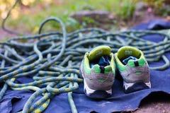 Zapatillas de deporte y cuerda para los deportes Imágenes de archivo libres de regalías