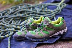 Zapatillas de deporte y cuerda para los deportes Foto de archivo