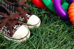 Zapatillas de deporte y detalle de los juguetes fotos de archivo