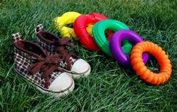Zapatillas de deporte y juguetes 2 imágenes de archivo libres de regalías